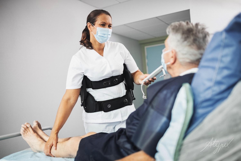 infirmière qui porte un exosquelette