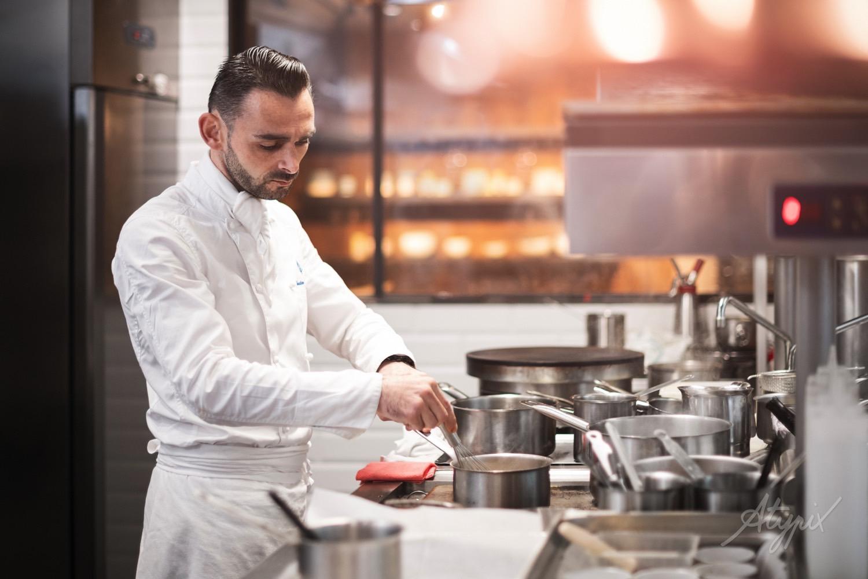 chef de cuisine en action de travail