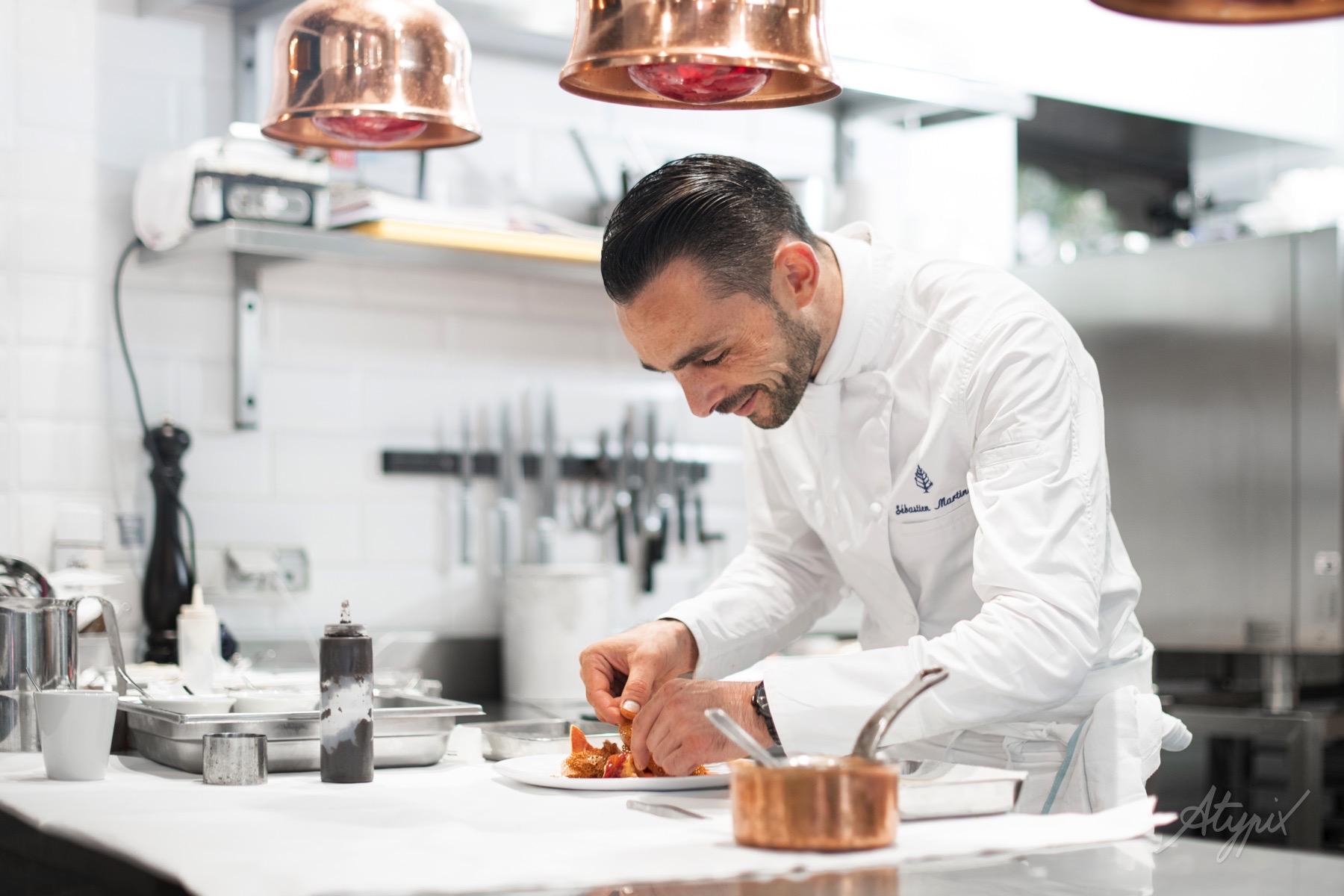 chef restaurant en action de travail